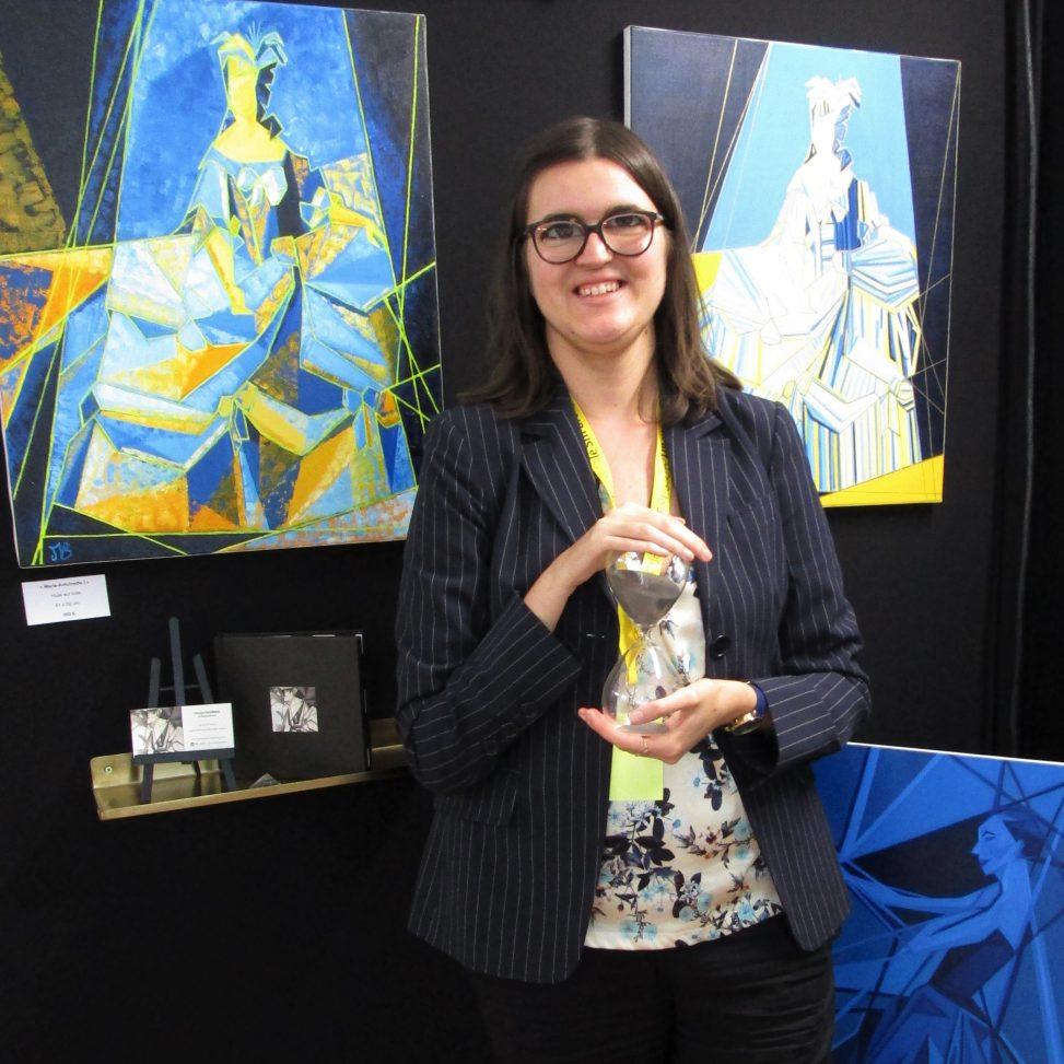 Margot Barbier devant ses oeuvres lors du salon d'art contemporain le SM'ART à Aix-en-Provence en 2018